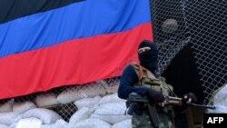 Separatişti pro-ruşi în faţa administraţiei de la Sloviansk, 23 aprilie 2014