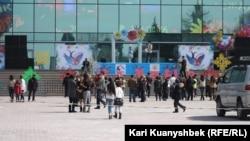 Республика алаңында Жаңаөзенге арналған митингімен қатар өткен оқушылар концерті. Алматы. 24 наурыз. 2012 жыл.