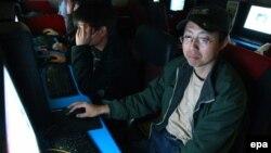 Интернет-кафеде отырған адамдар. Қытай, ШҰАР, Үрімжі қаласы, 14 мамыр 2010 жыл.