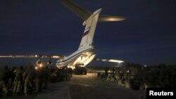 Погрузка российских военных в аэропорту Бельбек в Севастополе