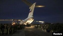 Российский самолет с военной техникой в аэропорту Севастополя. Архивное фото