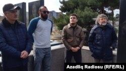 Mehman Huseynov, qətlə yetirilmiş jurnalist Elmar Hüseynovun məzarı önündə, 2 mart 2019, (sağdan 2-ci)