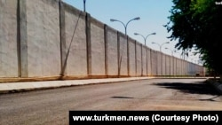 Стена колонии MR-K/16 в городе Байрамали (фото издание «Turkmen.news»)