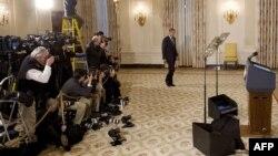 АҚШ президенті Барак Обаманың брифин өтетін жерге келе жатыр. Ақ үй, Вашингтон, 7 қаңтар 2010 жыл. Көрнекі сурет.