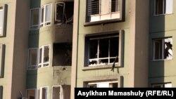 """Дом после спецоперации полицейских, в котором, по данным силовых структур, укрывались """"бандиты"""". Алматы, 30 июля 2013 года."""