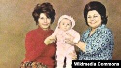 حمیده خیرآبادی (راست) همراه دخترش ثریا قاسمی (چپ)