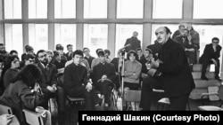 """Александр Галич в клубе """"Под интегралом"""". Новосибирский Академгородок. 1968 г."""