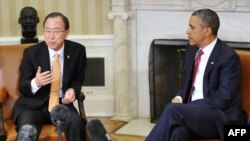 АҚШ президенті Барак Обама (оң жақта) БҰҰ бас хатшысы Пан Ги Мунмен (сол жақта) кездесіп отыр. Вашингтон, 11 сәуір 2013 жыл.