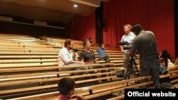 """Juliano Mer-Khamis la """"Teatrul Libertății"""" în cursul unui interviu (Courtesy Photo: Explore)"""