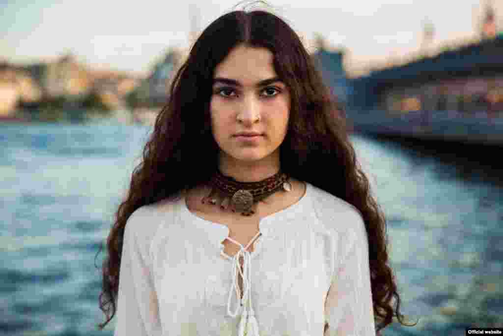 """Молодая курдская девушка из Стамбула, Турция, фотопроект """"Атлас красоты"""" (Atlas of Beauty) Микаэлы Норок."""