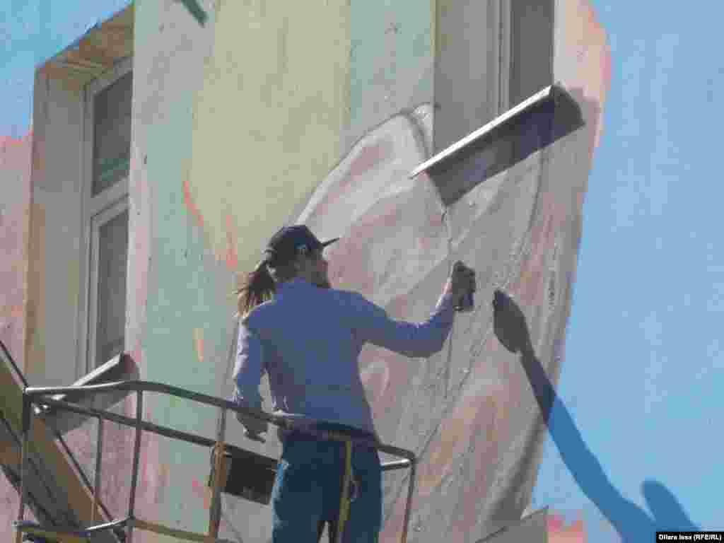 В создании граффити местным художникам помогали алматинские граффитисты.