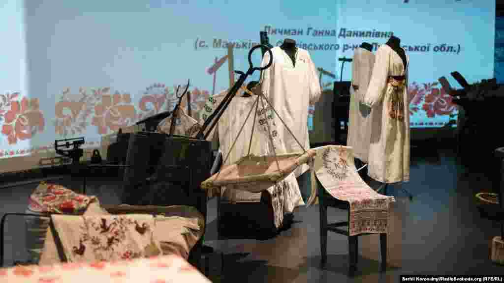 На виставці представлені вишиванки із різних регіонів України