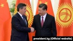 Президент Кыргызстана Сооронбай Жээнбеков (слева) и председатель Китая Си Цзиньпин. Пекин, 28 апреля 2019 года.