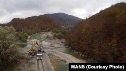 Radovi na izgradnji autoputa uz korito rijeke Tare
