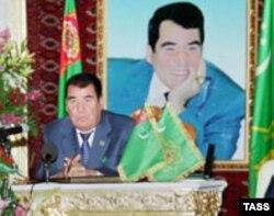 Президент Сапармурад Ниязов выступает на открытии ветряной мельницы. Бахарден, 22 октября 2003 года.