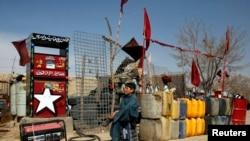 Мальчик набирает в канистры бензин. Кветта, столица пакистанской провинции Белуджистан.