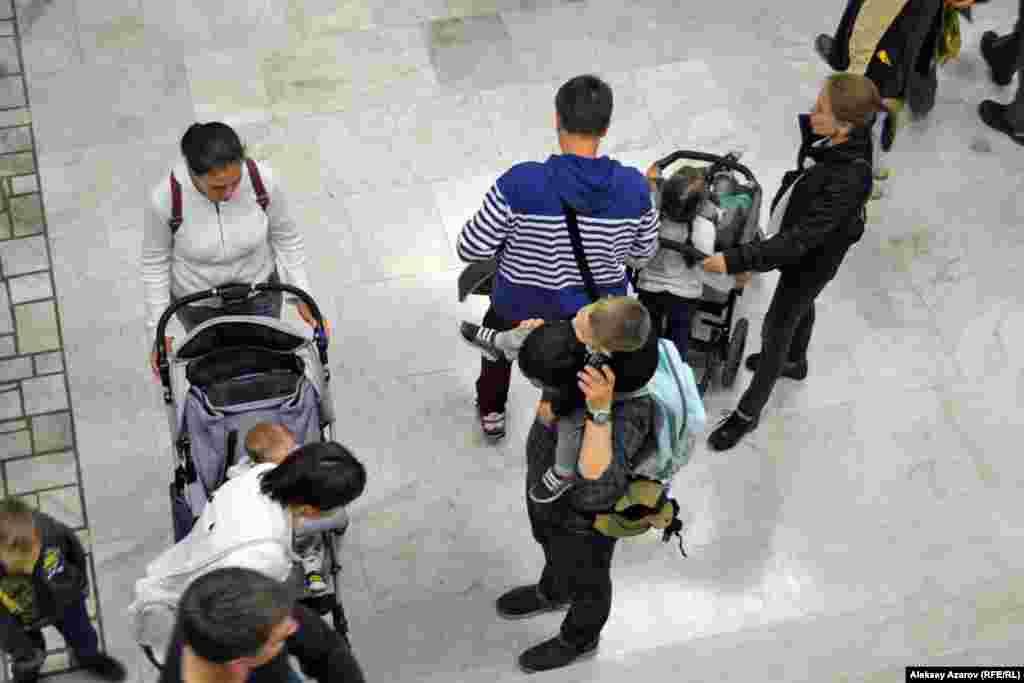 Это не детские ясли или детская поликлиника, а фойе музея имени Абылхана Кастеева. Во время «Ночи в музее» можно было увидеть немало родителей с детьми в колясках. Алматы, 18 мая 2019 года.