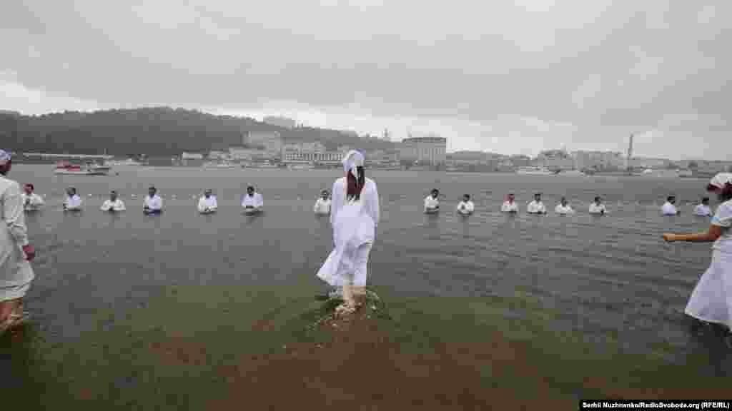 «Занурення є символом духовного вмирання для гріховного життя. А виринання з води – духовного народження в нове християнське життя з Богом згідно з Біблією», – говорять пастори