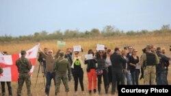 Участники митинга скромно держали плакаты в опущенных руках, пока осетинская журналистка, которой нужен был хоть один хороший кадр для своего агентства, жестами не попросила поднять их над головой