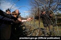 Грузинський президент відвідує село на лінії розмежування Грузії та Південної Осетії
