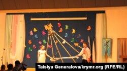 Учні української гімназії виконують національний танок на останній дзвоник