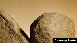 Daş hər dəfə geriyə dığırlananda Sizif də məyus olurdu, amma tərəddüd etmədən, məyus olmadan yenidən çiynini daşın altına verirdi