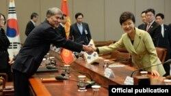 Кыргызстандын президенти Алмазбек Атамбаев жана Түштүк Кореянын лидери Пак Кын Хе, Сеул, 2013-жылдын 19-ноябры