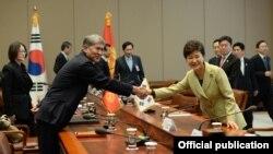 Кыргыз президенти Алмазбек Атамбаев менен Пак Кын Хе