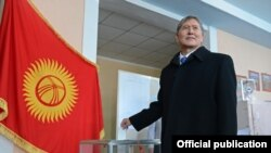 Президент Алмазбек Атамбаев во время выборов в местные кенеши. 25 ноября 2012 года