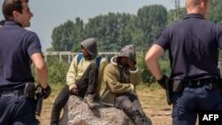 Policija u kampu za migrante, Calais, 2017.
