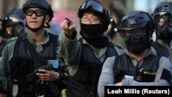 Poliția scrutând mulțimea de protestatari pe 1 decembrie