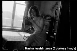 Маша Ивашинцова делает «селфи» на свой фотоаппарат. Ленинград, 1976 год.