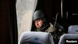Український військовий їде додому після боїв за Дебальцеве