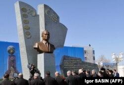 Өзбекстан тұңғыш президенті Ислам Каримовтің мүсіні алдында тұрған өзбек диаспорасы өкілдері. Түркіменабад қаласы, Түркіменстан, 7 наурыз 2017 жыл