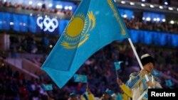 Знаменосец казахстанской сборной Ердос Ахмадиев на на церемонии открытия Олимпиады в Сочи. 7 февраля 2014 года.