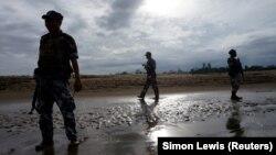 چند مأمور مرزی میانمار در حال پاسبانی در شمال ایالت راخین محل تمرکز اقلیت روهینگا