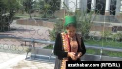 Туркменская женщина с мобильным телефоном на автобусной станции в Ашхабаде
