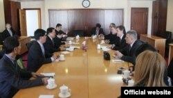 Ministar saobraćaja i pomorstva Ivan Brajović i ministar finansija dr Radoje Žugić sastali su se danas sa zamjenikom ministra finansija NR Kine, Li Yongom, Peking, 11. april 2013.