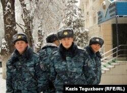 Группа военнослужащих возле Алмалинского районного суда. Алматы, 19 марта 2012 года.