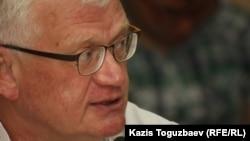 Оппозициялық саясаткер және экономист Петр Своик. Алматы, 5 мамыр 2014 жыл.