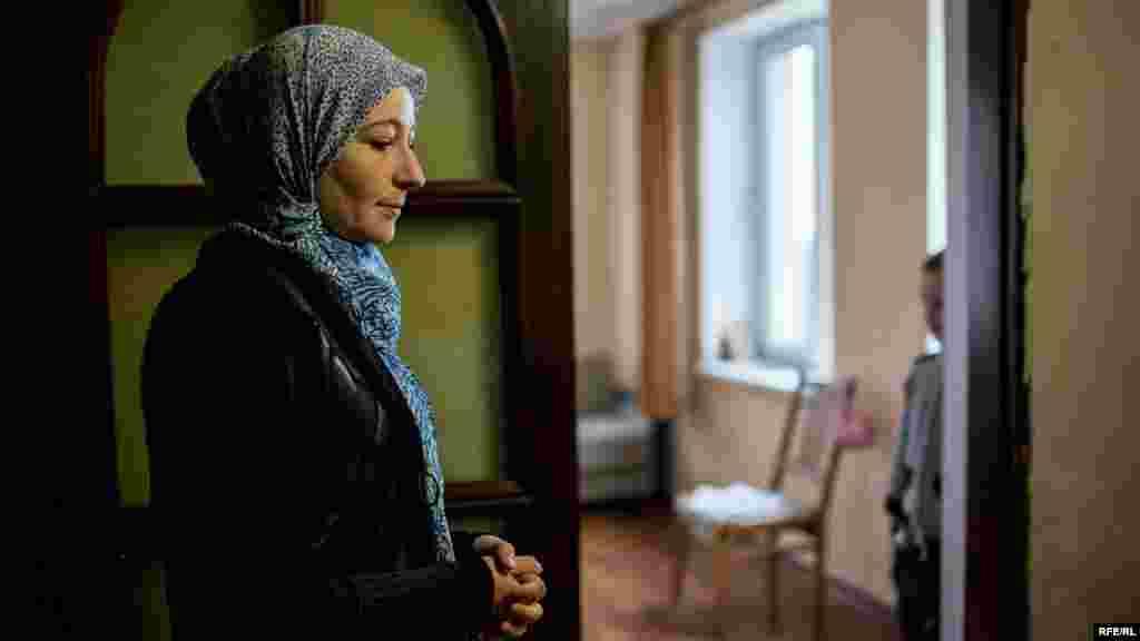 Мер'єм стоїть на кухні у своєму будинку в Кореїзі. Її чоловіка, правозахисника Емір-Усеїна Куку, минулого року неодноразово заарештовували. Серед пред'явлених йому звинувачень – «розпалювання ненависті» або «приниження людської гідності»
