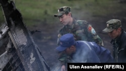 Сотрудники МЧС Кыргызстана на месте крушения американского военного самолета-топливозаправщика. Чуйская область Кыргызстана, 3 мая 2013 года.