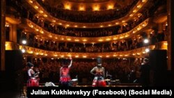 Учасники гурту «ДахаБраха» в оперному театрі у Львові, архівне фото