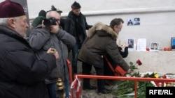 Цветы на месте гибели Анастасии Бабуровой и Станислава Маркелова