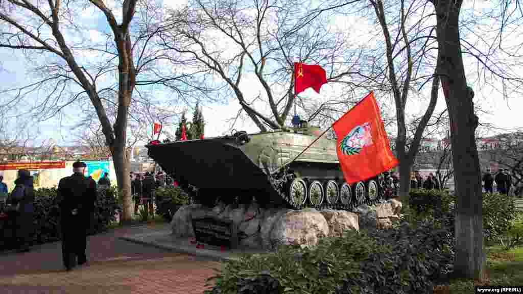 Памятник-бронемашина в сквере