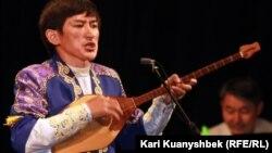 Ерлан Рысқали ән шырқап тұр. Алматы, 4 маусым 2012 жыл.