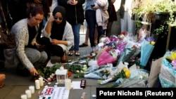 Njerëzit duke i përkujtuar viktimat e sulmit terrorist pas një koncerti në Mançester