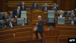 Депутаттар Косово премьер-министрі Иса Мустафаға жұмыртқа лақтырды. Приштина, 22 қыркүйек 2015 жыл.