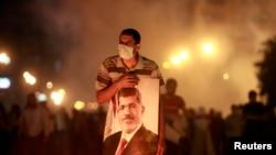 Владиниот состав се формираше за време на протести на подржувачите на екс-претседателот Морси. Седуммина загинаа во синоќешните немири