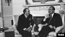 U.S. -- President Richard Nixon (R) and Soviet leader Leonid Brezhnev talk during their meeting in the White House in Washington, 1973